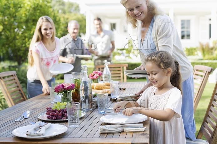 ガーデンパーティの準備をする家族