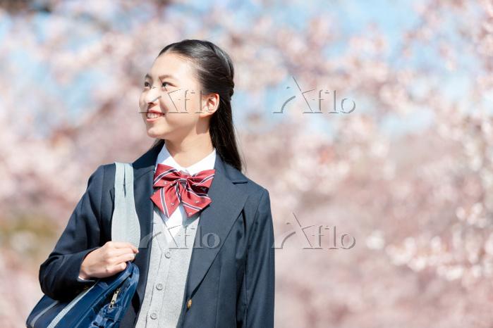 春に桜を眺める女子高生