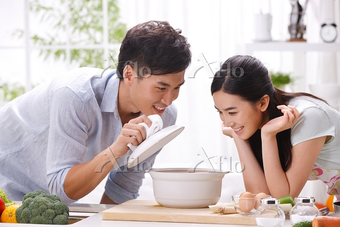 Young couple cooking in kitche・・・