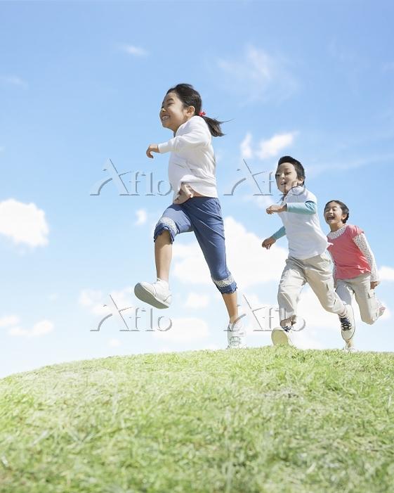 草原を走る日本人の子供