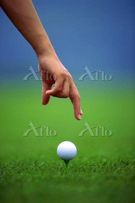 ゴルフ ティーショットを打つゴルファー