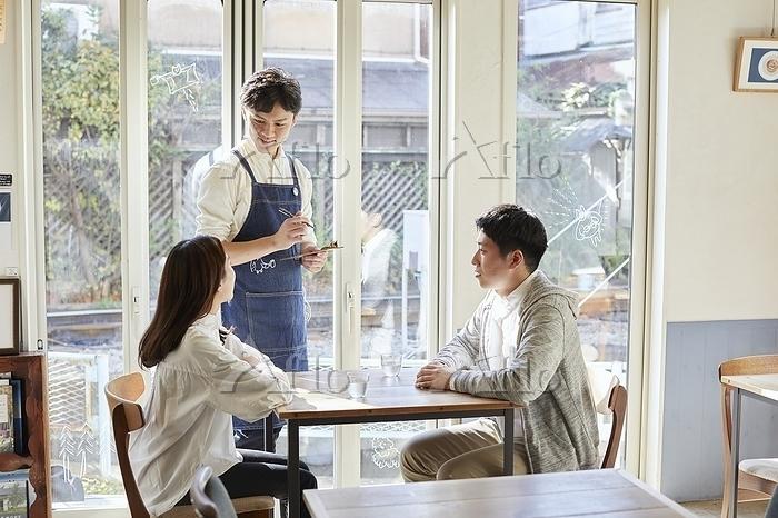 カフェでデートをする日本人カップル