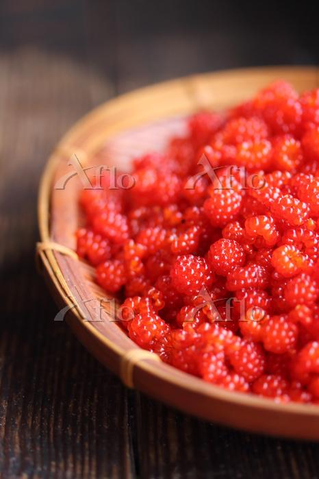 木苺の実と竹ざる