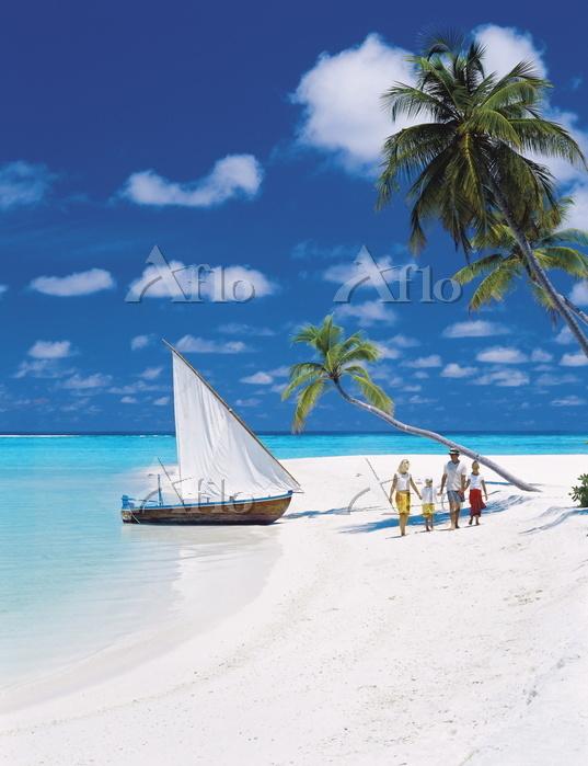 モルディブ ビーチを歩く家族