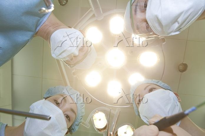 手術をする外科医