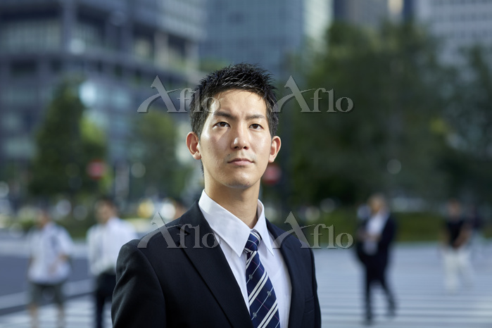 見上げる日本人ビジネスマン