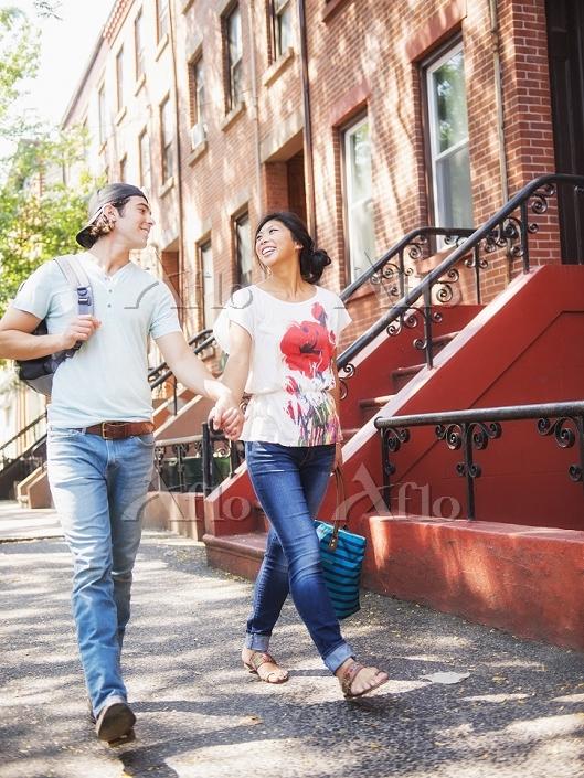 Couple walking on urban sidewa・・・