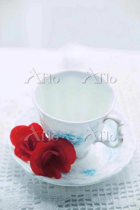 赤い花とティーカップ