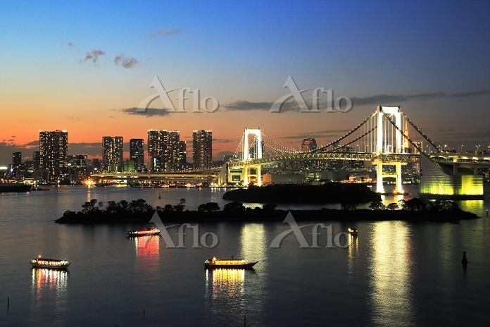 東京都 お台場海浜公園とレインボーブリッジ夜景