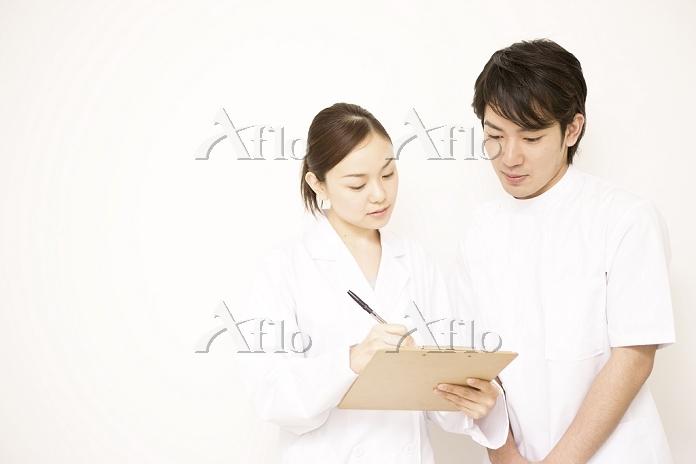 白背景・若い女性医師と若い看護師3
