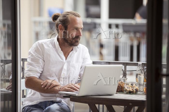 パソコンを使う外国人男性