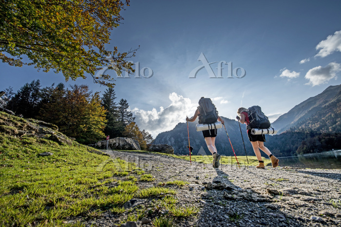 Young women hiking on trail un・・・