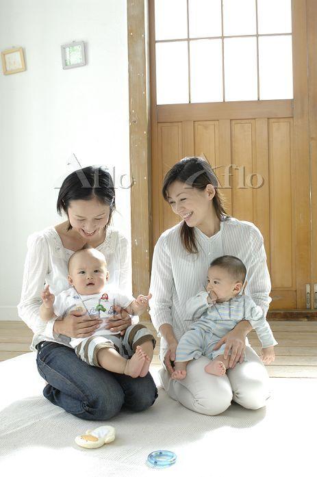 二組の赤ちゃんとお母さん