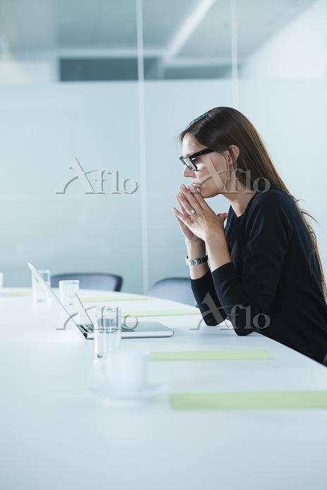 Worried female office worker u・・・