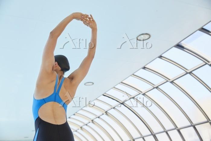 準備運動をする女子水泳選手