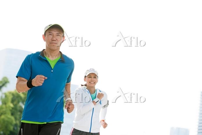 ジョギングをする中高年カップル