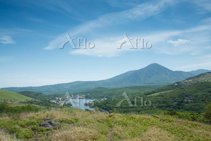 長野県 初夏の蓼科山と白樺湖