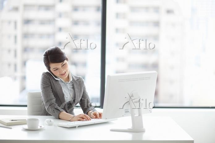 デスクワーク中のビジネスウーマン