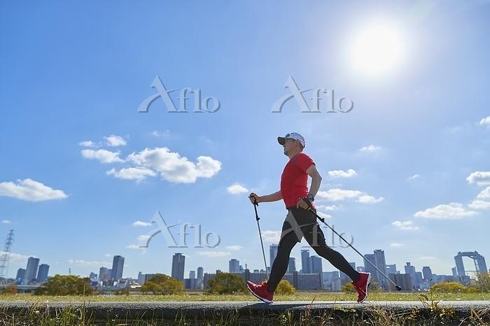 ノルディックウォーキングをする日本人男性