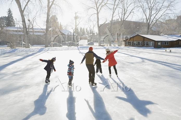 アイススケートする外国人家族