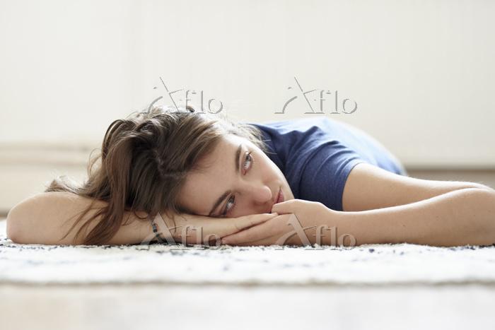 床に横たわる女性
