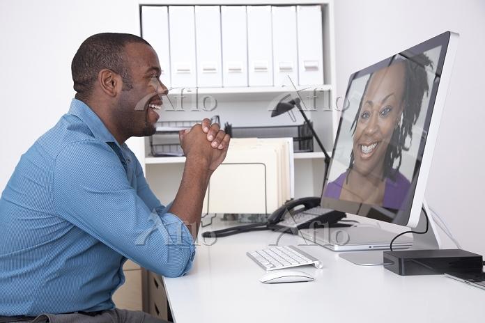 Black businessman talking to c・・・