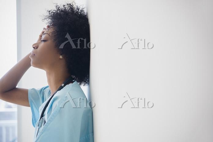 African American nurse leaning・・・