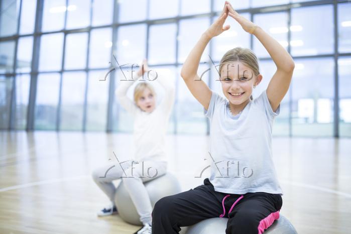 体操する子供