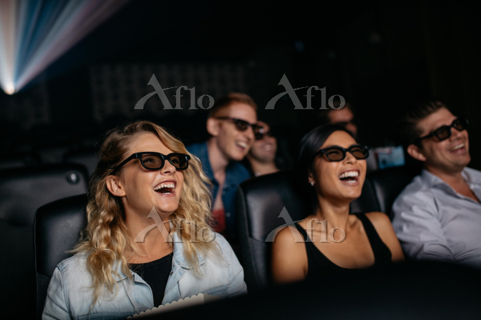 Group of friends watching 3d m・・・