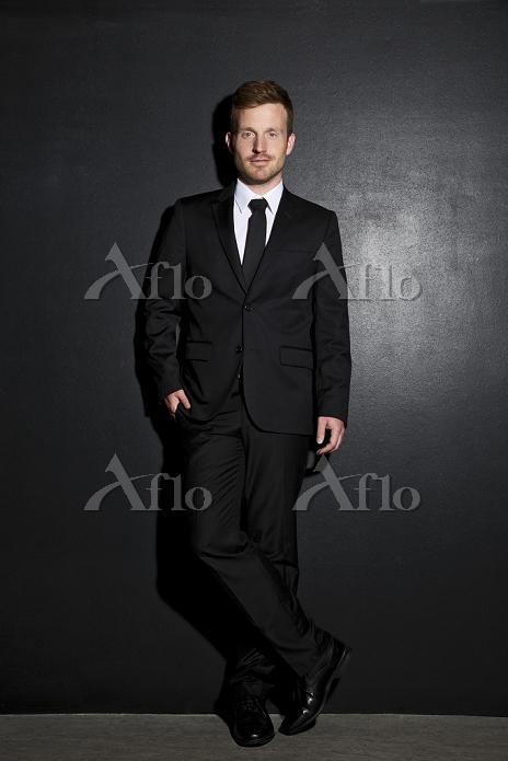 ブラックスーツの中年男性