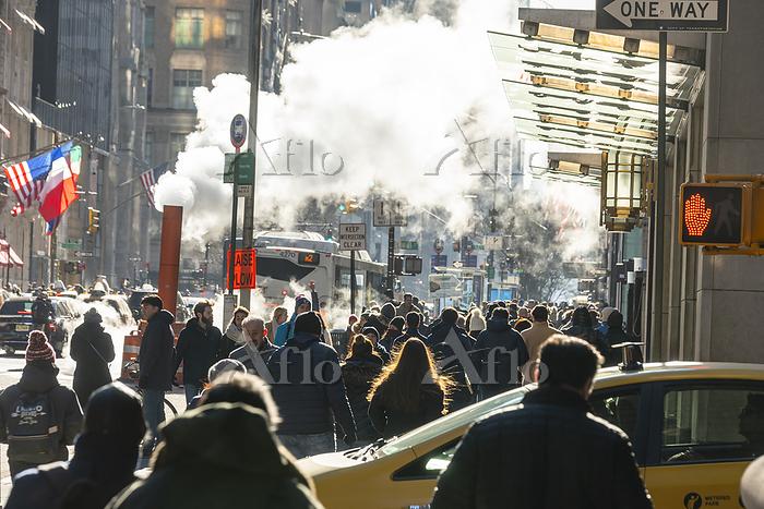 ミッドタウンマンハッタン五番街に漂う蒸気の中を行き交う人々と・・・
