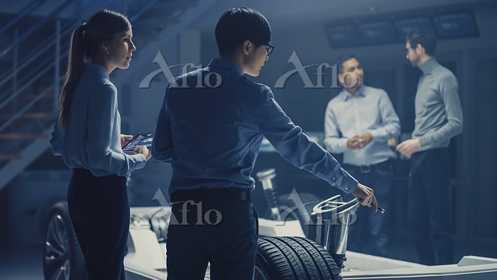 Automobile engineers discussin・・・