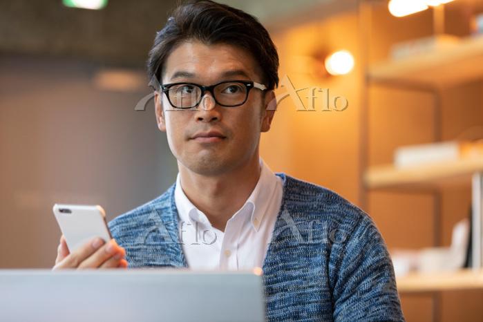 スマートフォンを持つ日本人男性