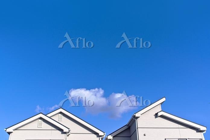 青空と住宅の屋根