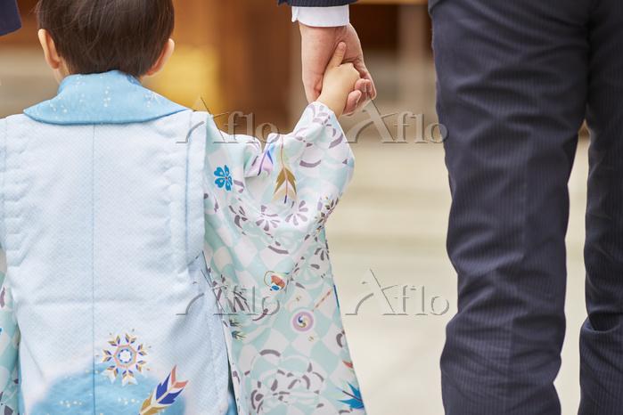 お父さんと手を繋ぐ七五三の男の子
