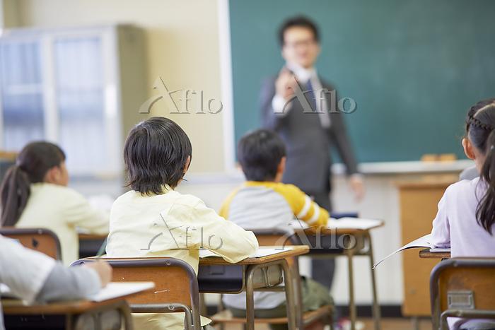 授業をうける小学生