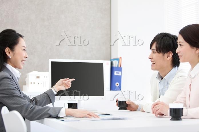 説明をする日本人ビジネスウーマン