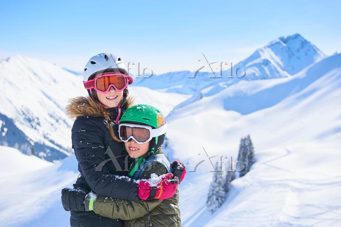 スキーウェアを着た兄弟