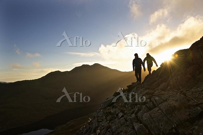 登山をする男性と山並み