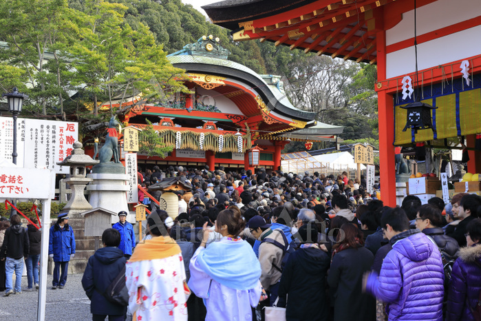 京都府 伏見稲荷大社 本殿に続く初詣の行列