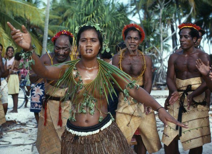Te Kamei Tewai dancers