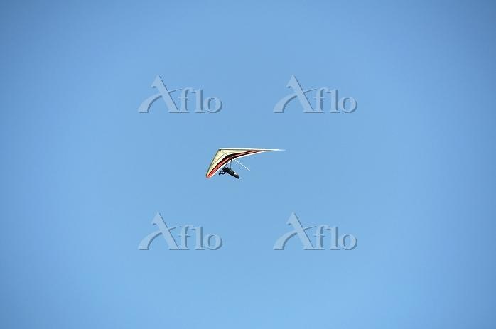 Hang glider against a clear bl・・・