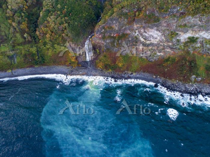 北海道 カムイワッカ湯の滝 落差20メートルの渓流瀑