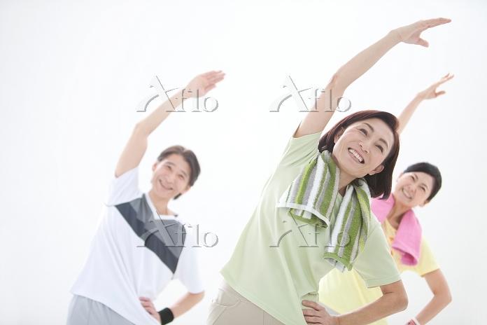 体操をしている中高年男女