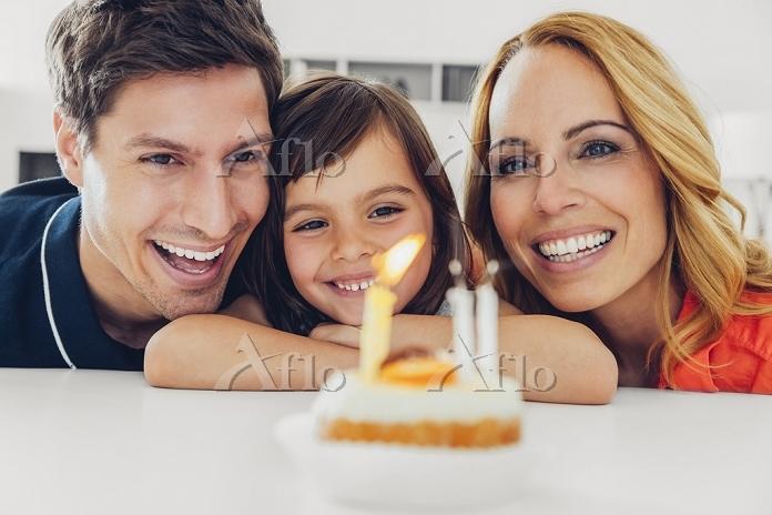 バースデーを祝う外国人家族