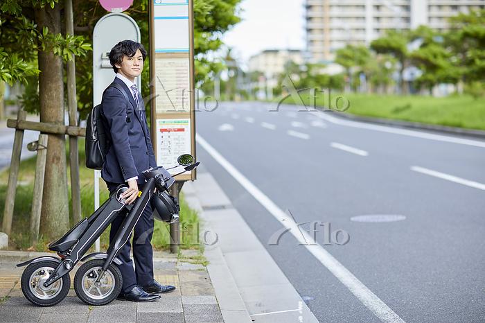 バス停で待つビジネスマン