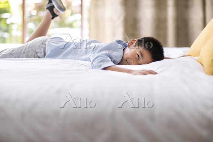 Little boy relaxing in hotel r・・・