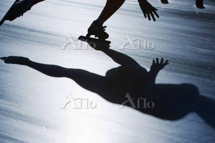 スピードスケートをする人影