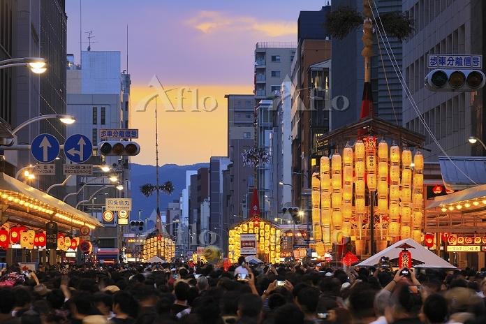 京都府 祇園祭 宵山の山鉾と歩行者天国の四条通