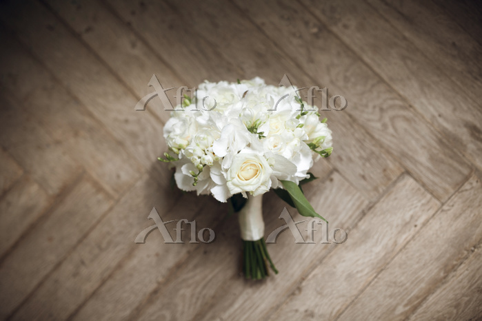 Bouquet of white roses on floo・・・